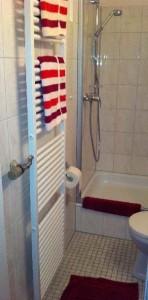 Das Bad im Appartement Bielefeld verfügt über einen Heizkörper zum Wärmen der Handtücher