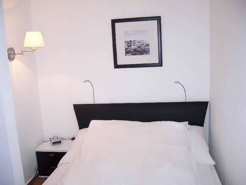 möbliertes Apartment mit gutem Bett für einen guten Schlaf